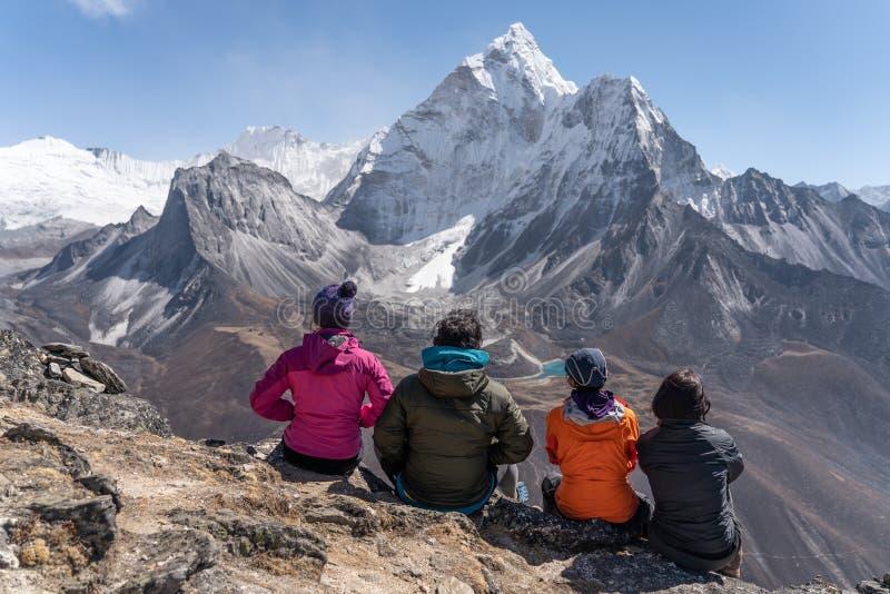 Le Trekker apprécient le Mountain View d'Ama Dablam du point de vue de jambe de Nangkart, village de Dingboche, Népal photographie stock