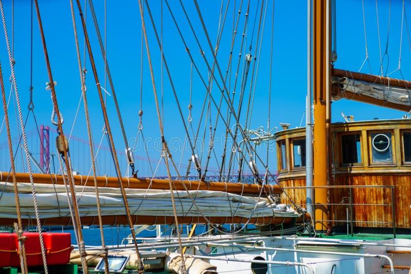 Le treuil et la corde sur un vieux voilier en bois font de la navigation de plaisance avec le teck et le pul photos stock