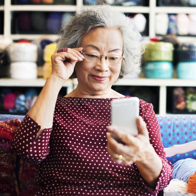 Le tricotage Handcraft la poursuite récréationnelle Retirem de loisir images libres de droits