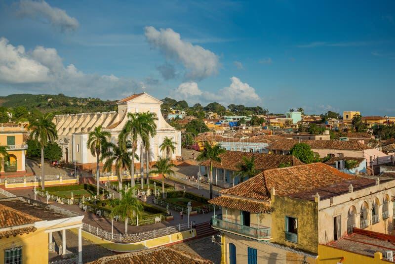 Le Trinidad, Cuba - 6 décembre 2017 : Église de la trinité sainte Iglesia de la Santisima Trinidad et de maire de plaza photo libre de droits