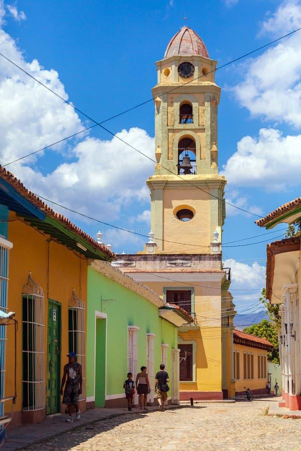 LE TRINIDAD, CUBA - 30 MARS 2012 : Les touristes marchent les rues du Th photographie stock libre de droits