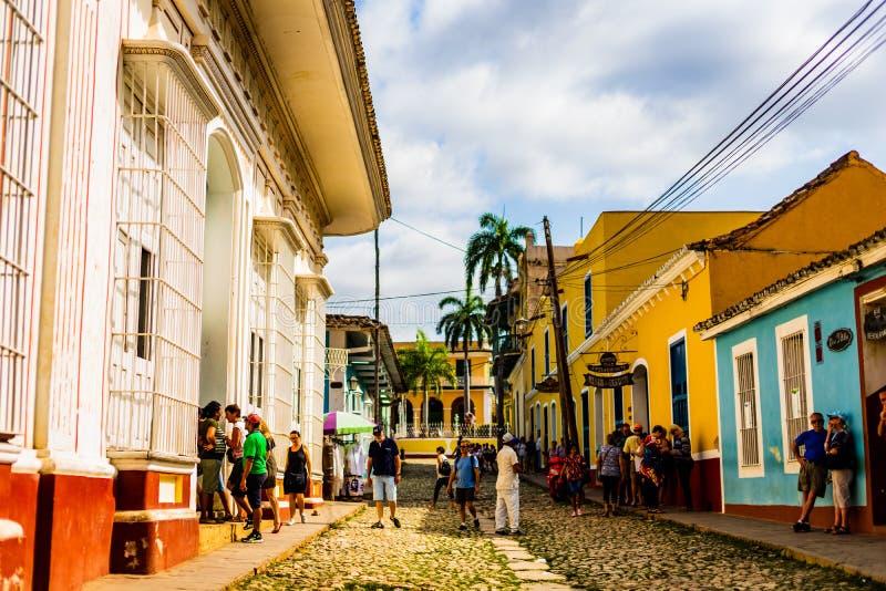 Le Trinidad, Cuba - 2019 Touristes errant dans un village célèbre du Trinidad, site de patrimoine mondial de l'UNESCO photographie stock libre de droits
