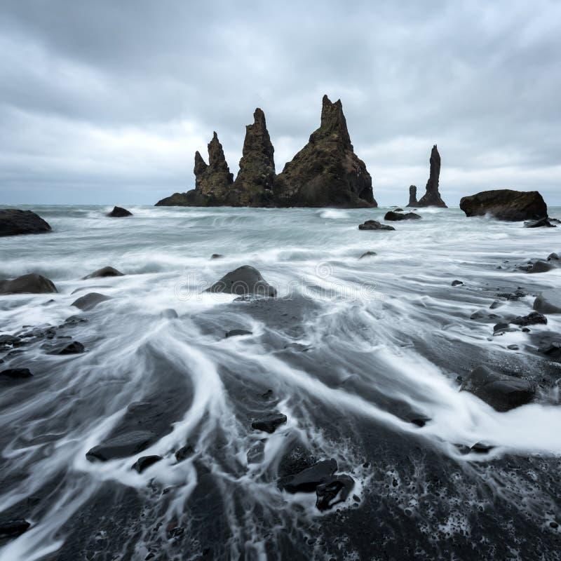 Le ` Troll de formations de roche de basalte botte le ` avec la pointe du pied images stock