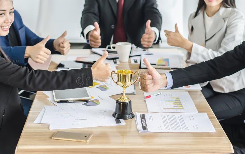 Le trophée de gain d'or d'équipe d'affaires, le consentement heureux d'équipe d'affaires et les affaires réussies team images stock