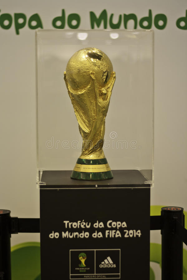 Le trophée de la coupe du monde 2014 de la FIFA au Brésil photo stock