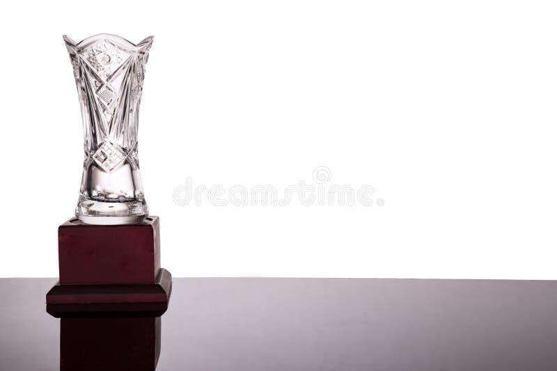 Le trophée en cristal élégant de vase sur le fond blanc a rincé à gauche photo libre de droits