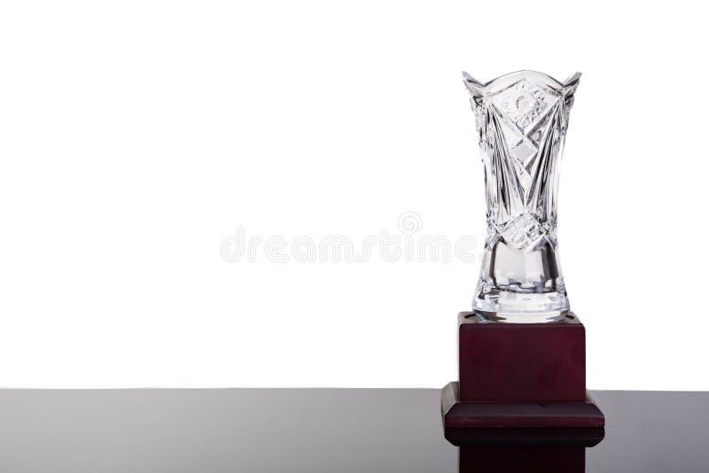 Le trophée en cristal élégant de vase sur le fond blanc a rincé juste photo libre de droits