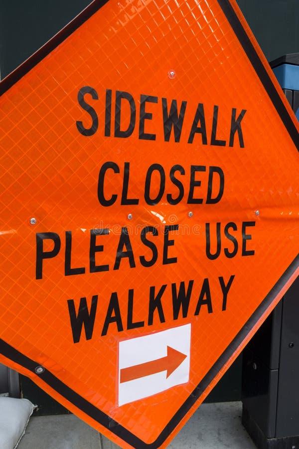 Le trottoir fermé svp utilisent le passage couvert photo libre de droits