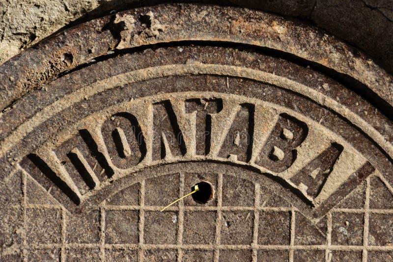 Le trou d'homme URSS d'égout de fonte de cru a fait avec l'inscription POLTAVA dans la ville de Dnipro, Ukraine, novembre 2018 fr image libre de droits