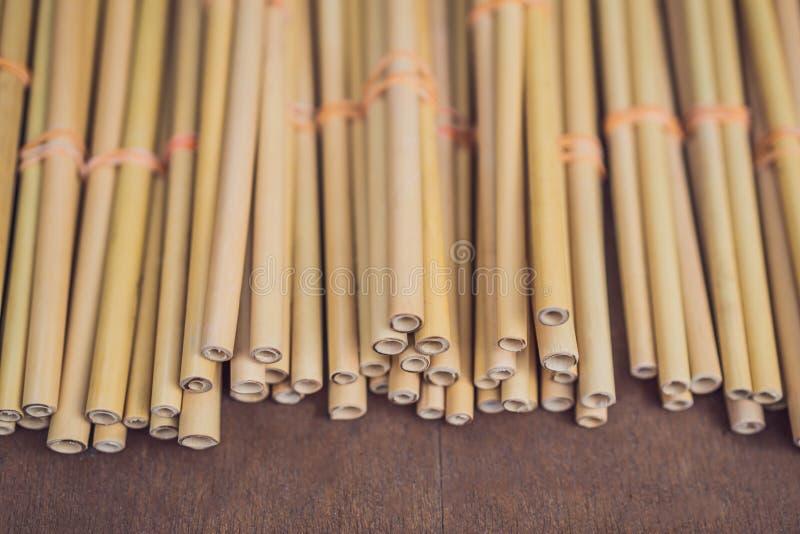 """Le tube de paille ou en bambou en bambou écologique pour l'eau potable indiquent juste le """"aucun """"à petit et léger en plastique e image stock"""