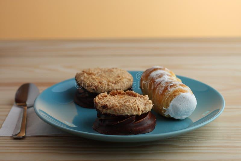 Le tube doux a rempli blanc d'oeuf et les biscuits de noix de coco remplis bloquent la couverture photos stock
