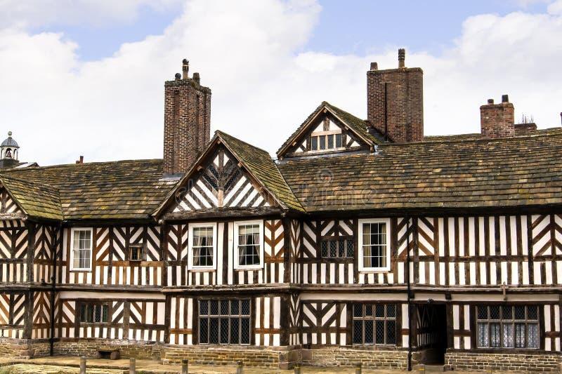Le Tudor Façade, jardins étendus et raisons d'Adlington Hall dans Cheshire image stock