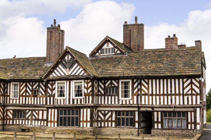Le Tudor Façade, jardins étendus et raisons d'Adlington Hall dans Cheshire images stock