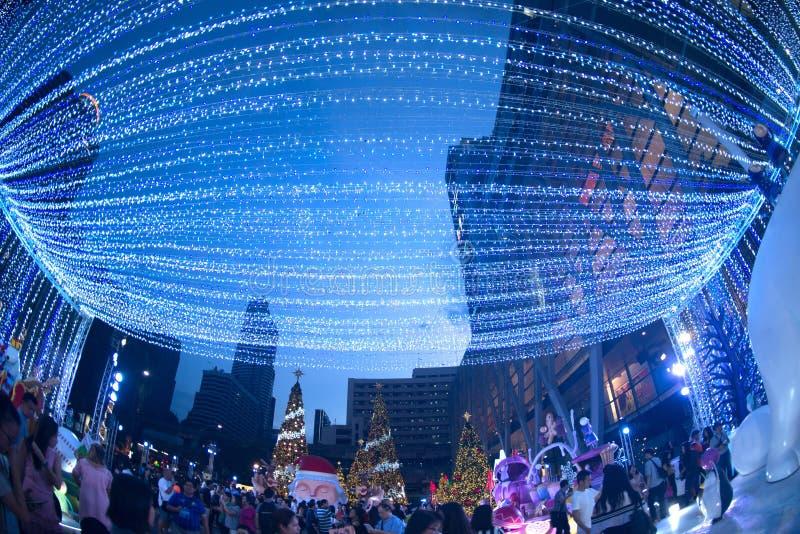 Le tunnel de la lumière décorent beau sur la célébration d'arbre de Noël photos stock