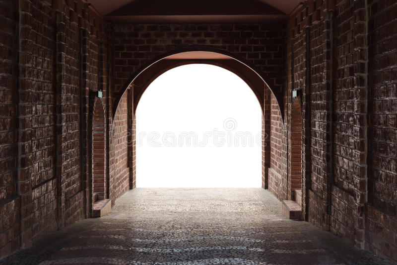 Le tunnel de passage couvert fait par la brique rouge et le blanc moyen a isolé l'espace photographie stock libre de droits