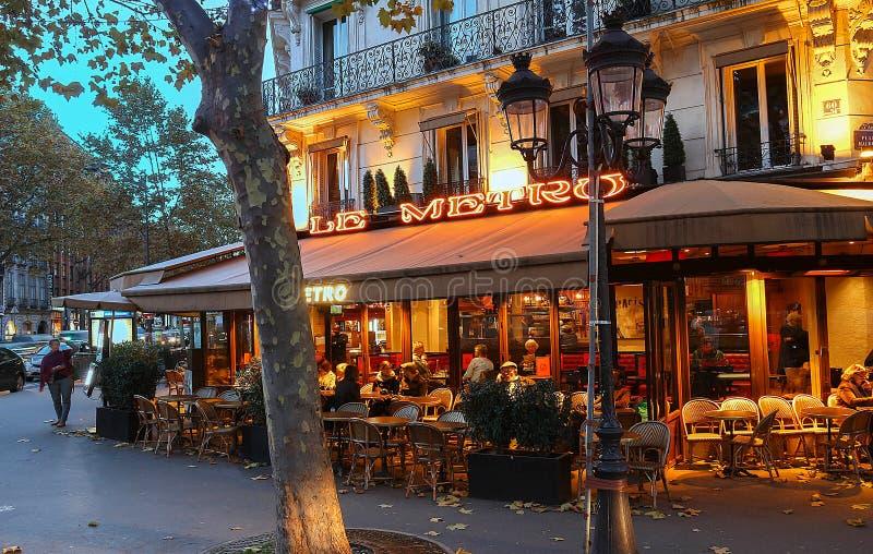 Le Tunnelbana är ett typisk parisiskt kafé som lokaliseras på den St Germain boulevarden i Paris, Frankrike arkivfoton