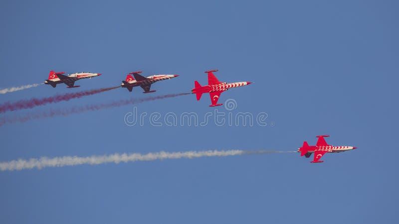 Le turc tient le premier rôle l'équipe acrobatique aérienne dans la formation de 4 avions volant juste image stock