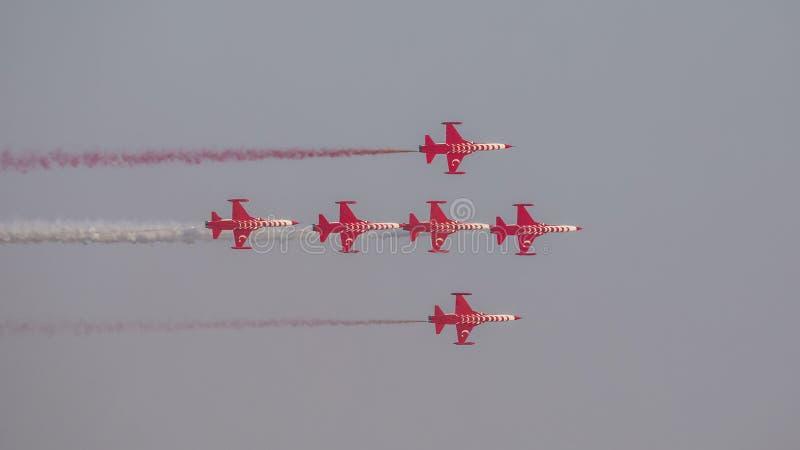 Le turc tient le premier rôle l'équipe acrobatique aérienne dans la formation de 6 avions volant juste photo stock