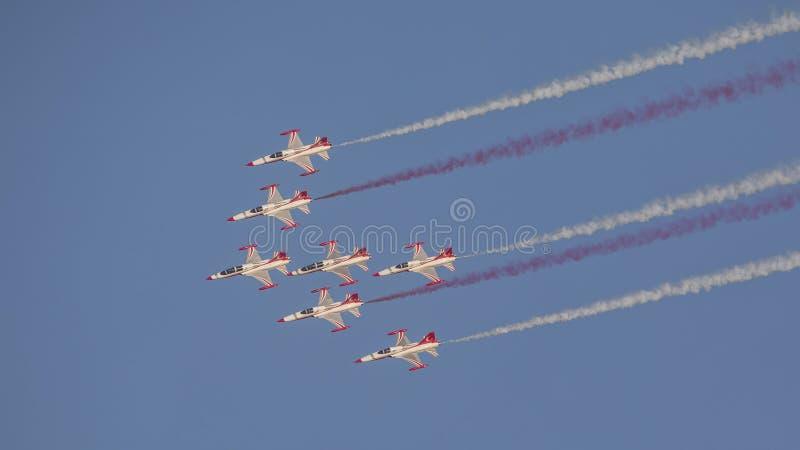 Le turc tient le premier rôle l'équipe acrobatique aérienne dans la formation de 7 avions volant vers le bas images stock