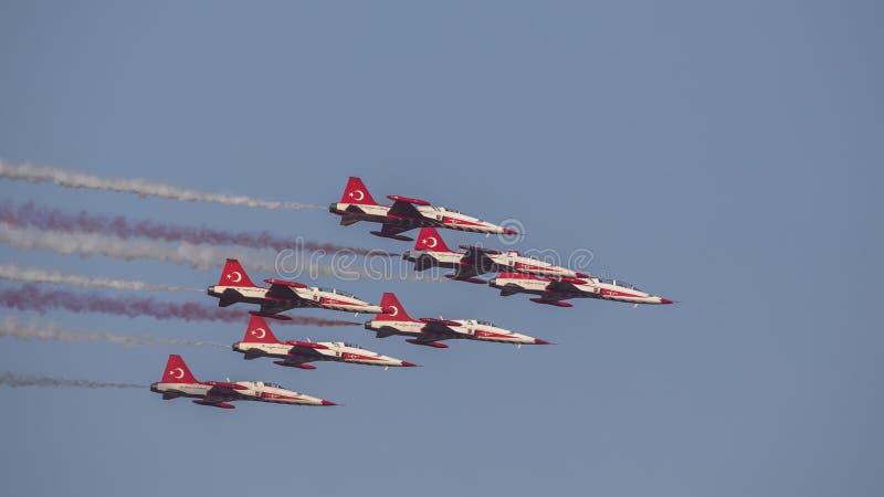 Le turc tient le premier rôle l'équipe acrobatique aérienne dans la sortie de formation de 7 avions photographie stock