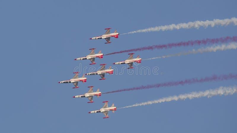 Le turc tient le premier rôle l'équipe acrobatique aérienne dans la vue supérieure de formation de 7 avions photographie stock