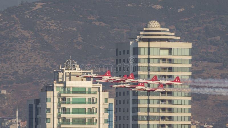 Le turc tient le premier rôle l'équipe acrobatique aérienne dans le vol de formation de 7 avions avant des bâtiments photographie stock