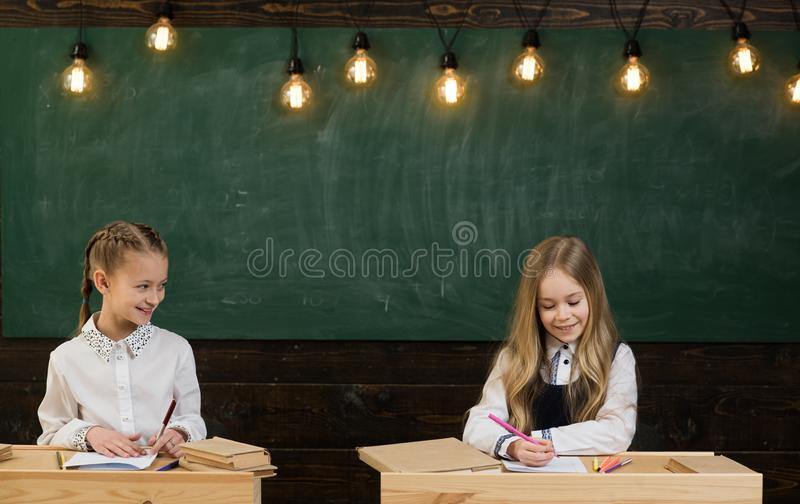 le tuteur doit être une personne énergique L'écolier doué fait ses devoirs d'art dans la salle de classe à l'école Étudiants habi photographie stock