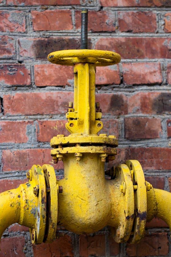 Le tuyau de gaz, la valve jaune et les tuyaux jaunes photos libres de droits