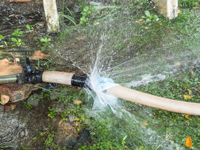 Le tuyau de l'eau coule photographie stock libre de droits