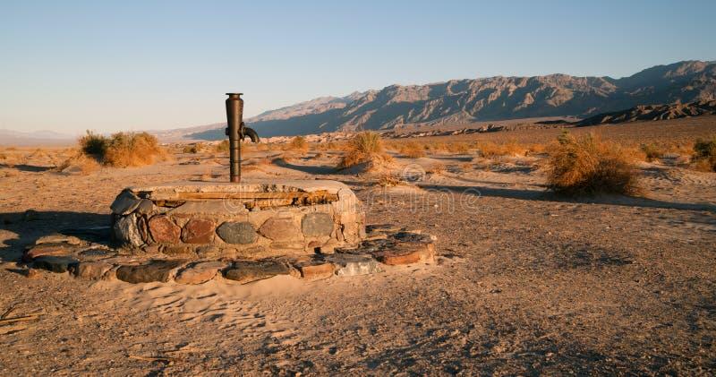 Le tuyau de poêle Wells antique sèchent Death Valley bon la Californie images libres de droits
