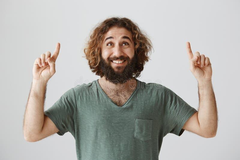 Le type admet dans l'amour sous le balcon d'amie Portrait de type oriental attirant gai avec la barbe regardant et images stock