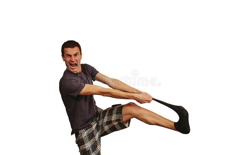 Le type avec les chaussettes sales dans des ses mains sur un fond blanc image stock