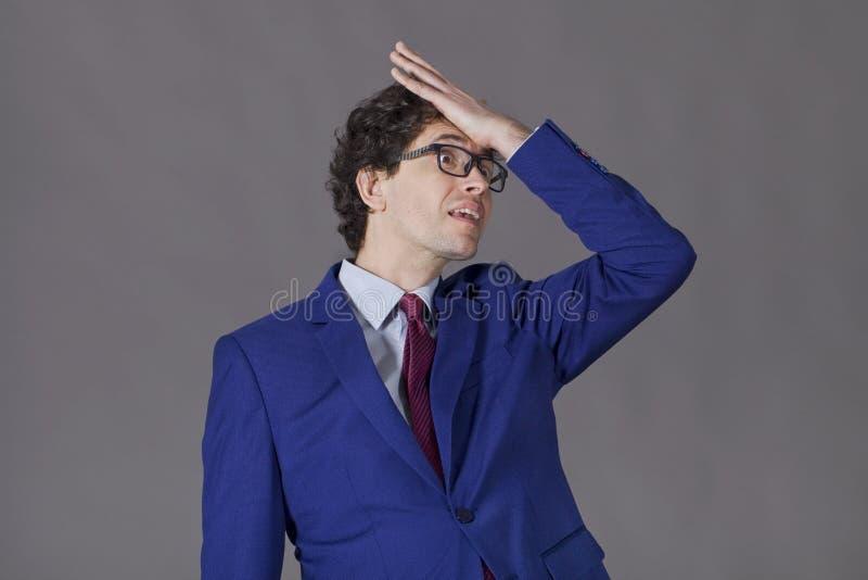 Le type avec les cheveux bouclés et la veste bleue oublient de quelque chose importante Business image stock