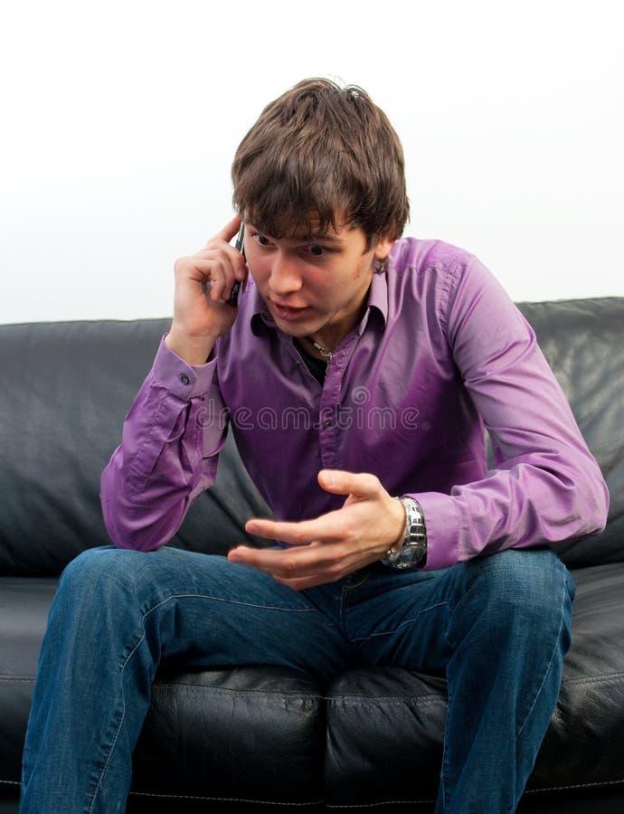 Le type avec un téléphone portable photos stock