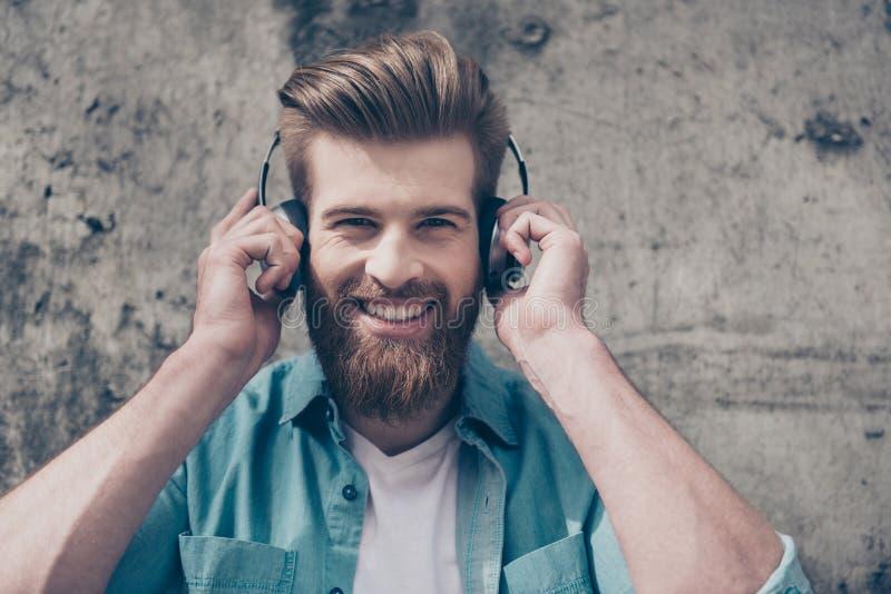 Le type barbu rouge élégant beau avec le sourire de lancement et se perfectionnent photographie stock libre de droits