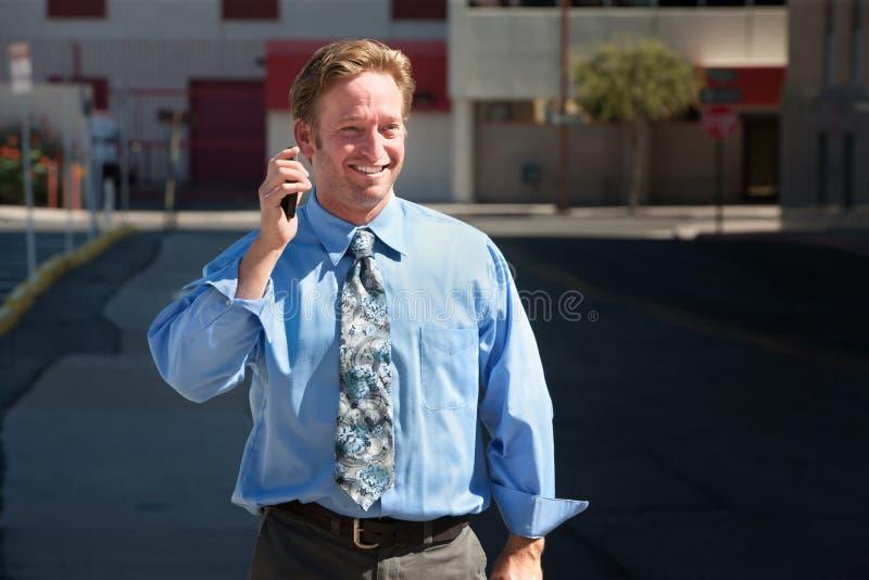 Le type beau parle excitedly sur le téléphone portable image libre de droits