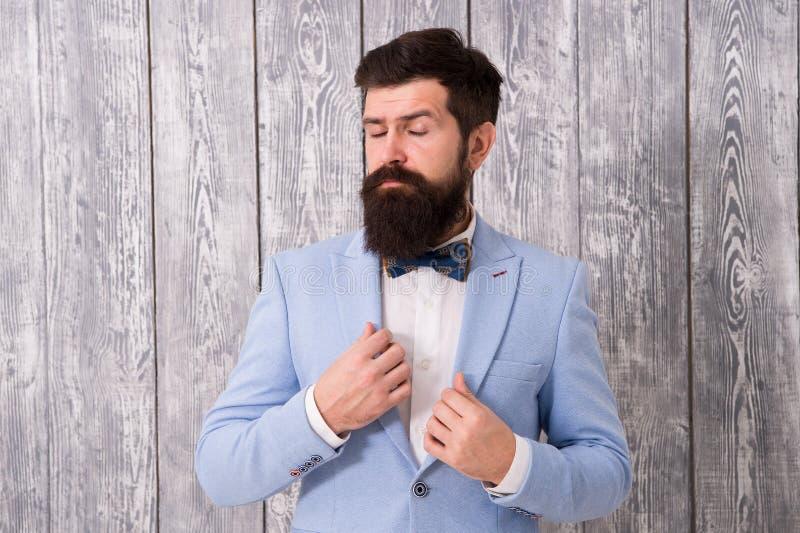 Le type a bien toiletté le smoking barbu beau d'usage de hippie Équipement l'épousant romantique Coiffeur de style de monsieur Sa photographie stock libre de droits