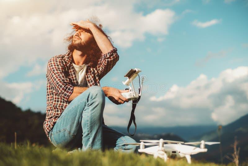 Le type bouclé de hippie avec le bourdon regarde autour photos libres de droits