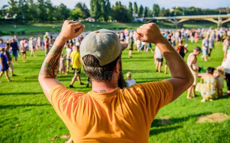 Le type c?l?brent des vacances ou le festival Hippie barbu d'homme de fest d'?t? devant la foule Concert d'air ouvert Billet de l images libres de droits