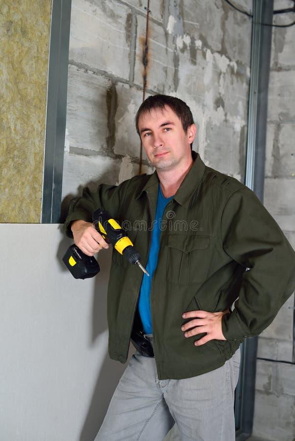 Le type chauffe le mur photo libre de droits
