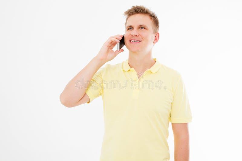 Le type communique à un téléphone portable avec sa famille d'isolement sur le fond blanc images stock