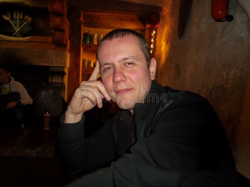 Le type dans le bar photos libres de droits