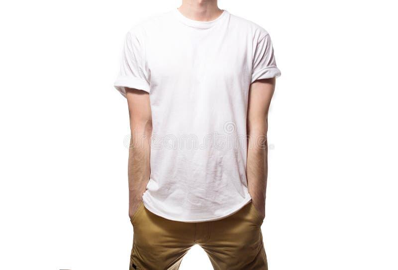 Le type dans le T-shirt noir, blanc, souriant sur un backgrou blanc image libre de droits