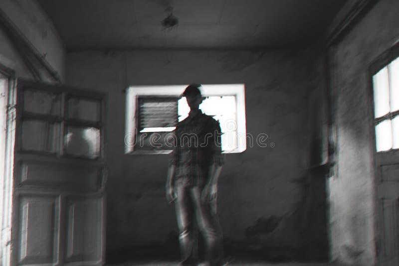 Le type dans un chapeau il est noir la photo blanche images stock