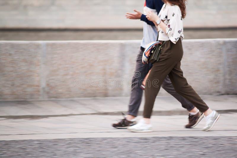 Le type et la fille marchent autour de la ville photographie stock libre de droits