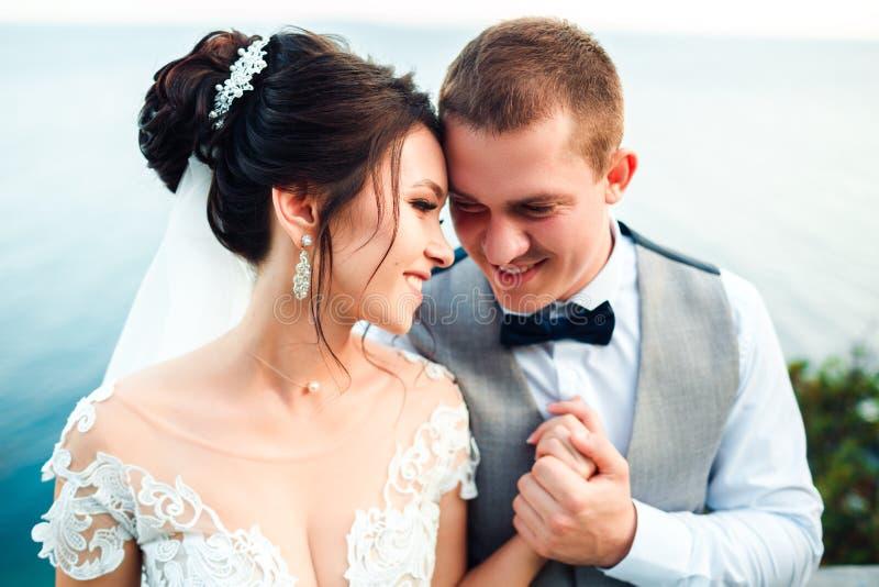 Le type et la fille sourient ? l'un l'autre photo libre de droits