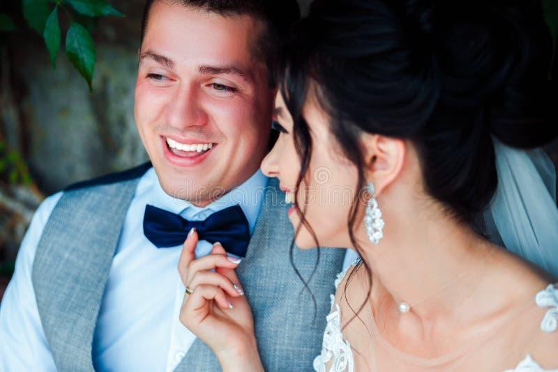 Le type et la fille sourient ? l'un l'autre photos libres de droits