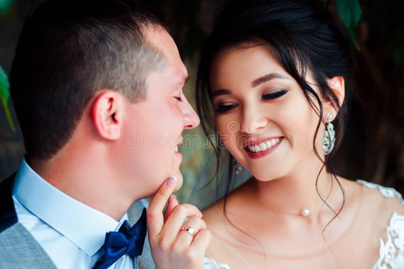 Le type et la fille sourient ? l'un l'autre photographie stock libre de droits