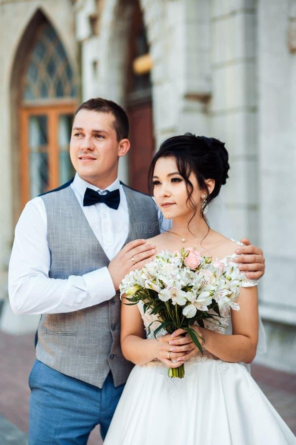 Le type et la fille sourient ? l'un l'autre image stock