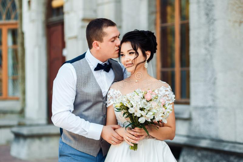 Le type et la fille sourient ? l'un l'autre image libre de droits